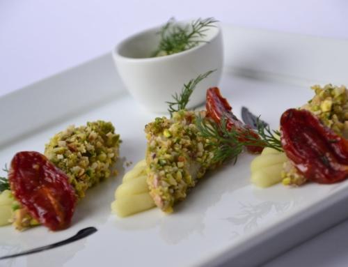 Darnetta di salmerino in crosta croccante di mandorle e pistacchi su spuma soffice di patate e salsa leggera al cardamomo e curcuma